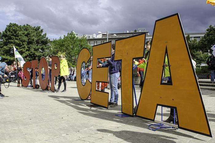 Des centaines de milliers de personnes manifestent dans toute l'Europe contre le CETA